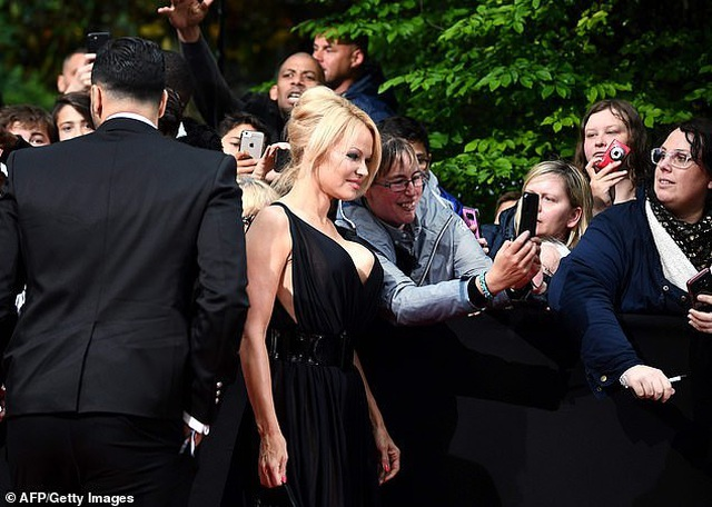 Pamela Anderson dự sự kiện cùng bạn trai kém 18 tuổi - 7