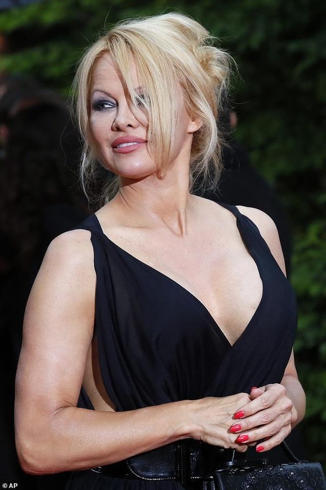 Pamela Anderson dự sự kiện cùng bạn trai kém 18 tuổi - 3