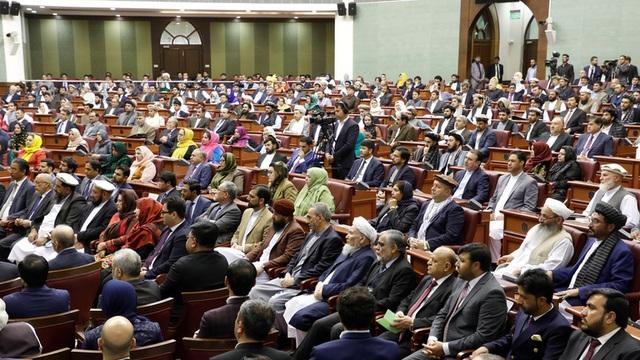 Nghị sĩ Afghanistan cầm dao dọa đâm đối thủ trong phiên họp quốc hội - 1