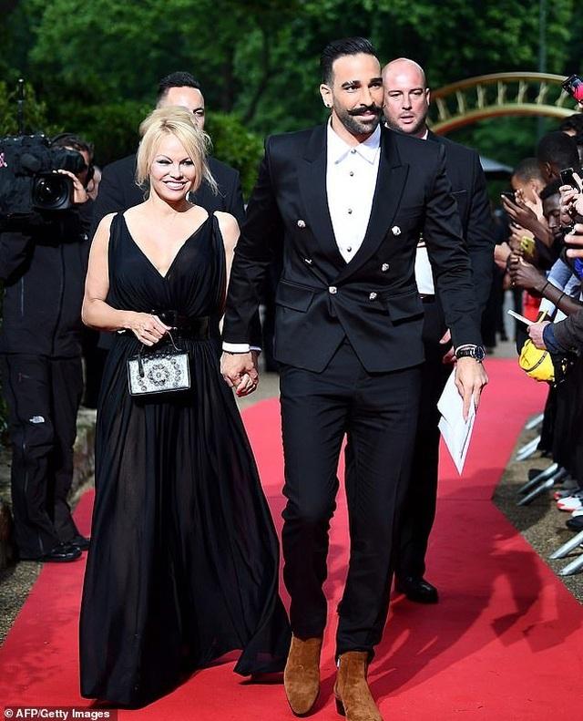 Pamela Anderson dự sự kiện cùng bạn trai kém 18 tuổi - 4
