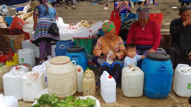 Những em bé đi chợ trên… lưng mẹ ở Bắc Hà! - 16