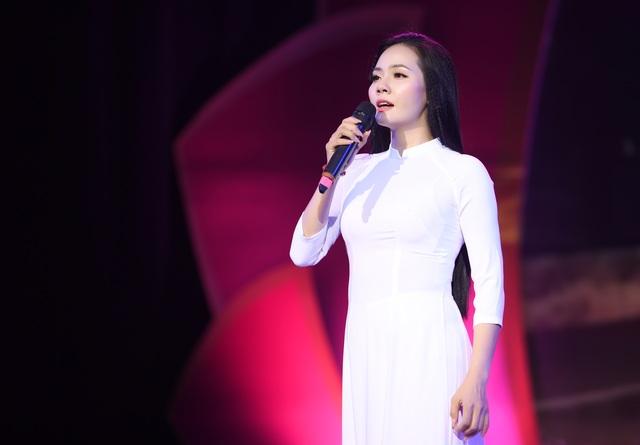 Lương Nguyệt Anh diện áo dài trắng tinh khôi hát mừng sinh nhật Bác - 1