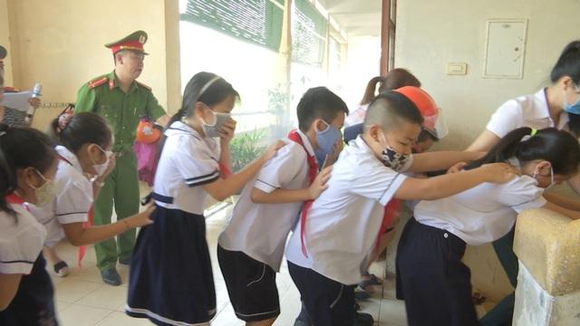 Dạy học sinh tiểu học kỹ năng thoát hiểm khỏi hỏa hoạn - 2