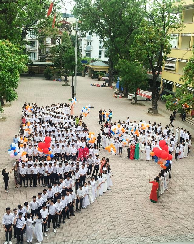 Những khoảnh khắc khó quên trong lễ chào cờ cuối cùng của học sinh khối 12 Yên Hoà - 9