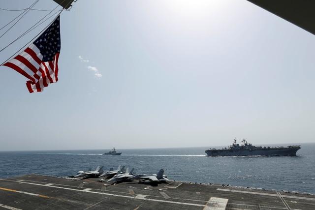 Cận cảnh dàn tàu chiến, máy bay Mỹ phô diễn sức mạnh gần Iran - 10