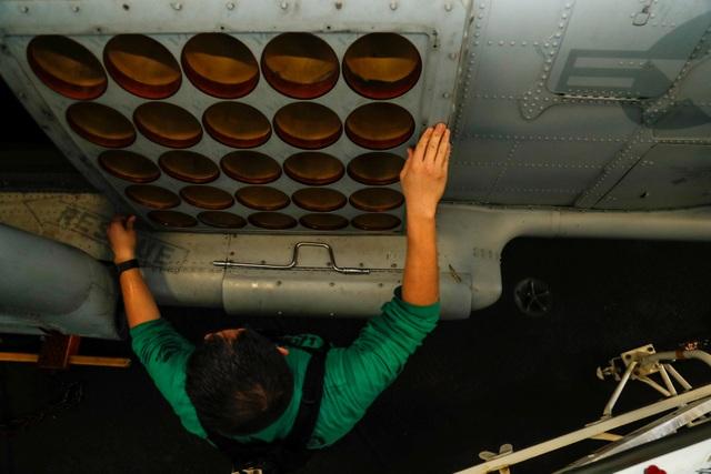 Cận cảnh dàn tàu chiến, máy bay Mỹ phô diễn sức mạnh gần Iran - 12