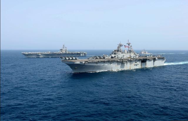 Cận cảnh dàn tàu chiến, máy bay Mỹ phô diễn sức mạnh gần Iran - 13