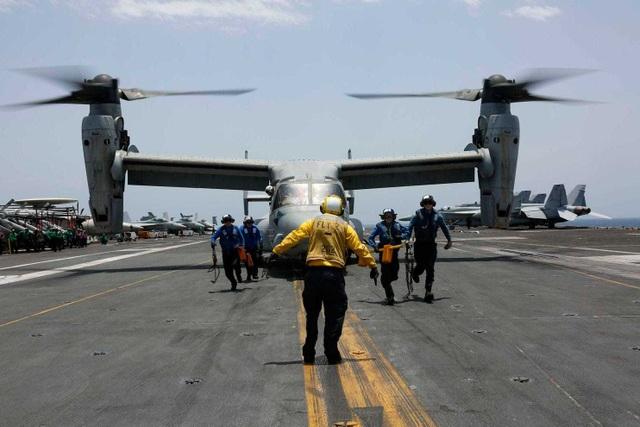 Cận cảnh dàn tàu chiến, máy bay Mỹ phô diễn sức mạnh gần Iran - 14