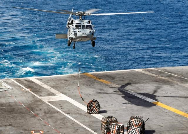 Cận cảnh dàn tàu chiến, máy bay Mỹ phô diễn sức mạnh gần Iran - 3