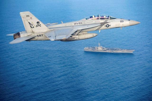 Cận cảnh dàn tàu chiến, máy bay Mỹ phô diễn sức mạnh gần Iran - 4