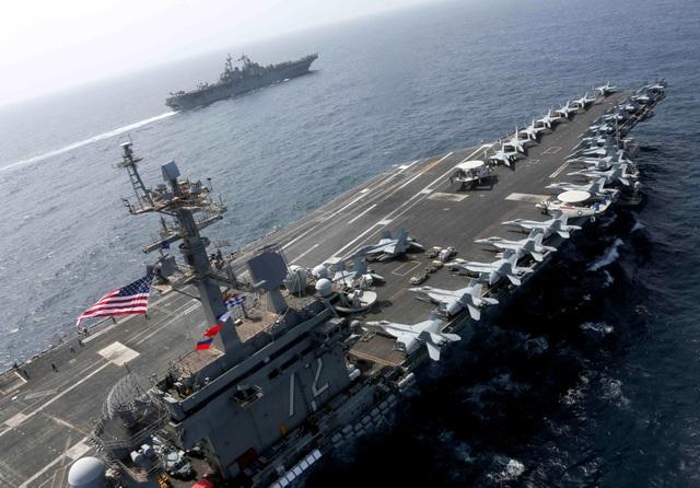 Cận cảnh dàn tàu chiến, máy bay Mỹ phô diễn sức mạnh gần Iran - 5
