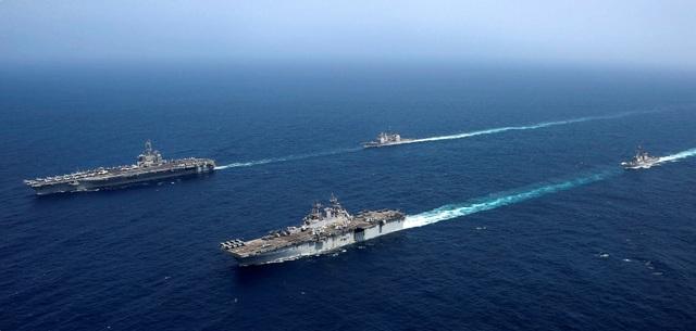 Cận cảnh dàn tàu chiến, máy bay Mỹ phô diễn sức mạnh gần Iran - 6
