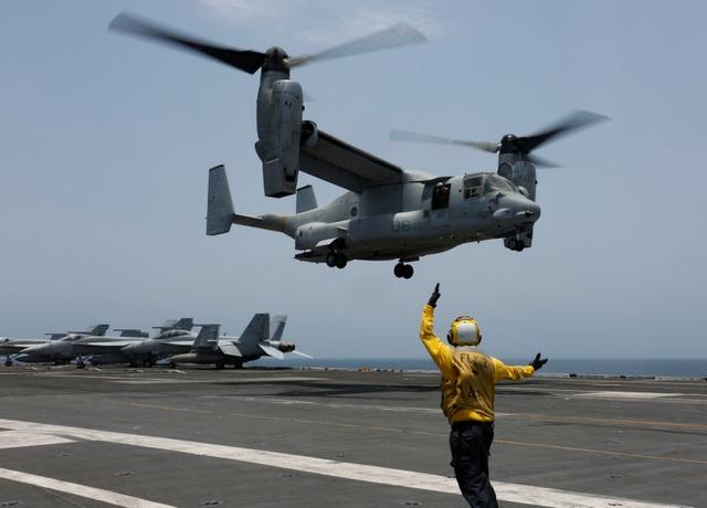 Cận cảnh dàn tàu chiến, máy bay Mỹ phô diễn sức mạnh gần Iran - 8