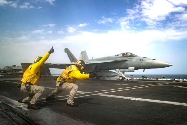 Cận cảnh dàn tàu chiến, máy bay Mỹ phô diễn sức mạnh gần Iran - 9