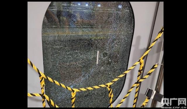 Khách Trung Quốc đập vỡ cửa kính tàu cao tốc để hít khí trời - 1