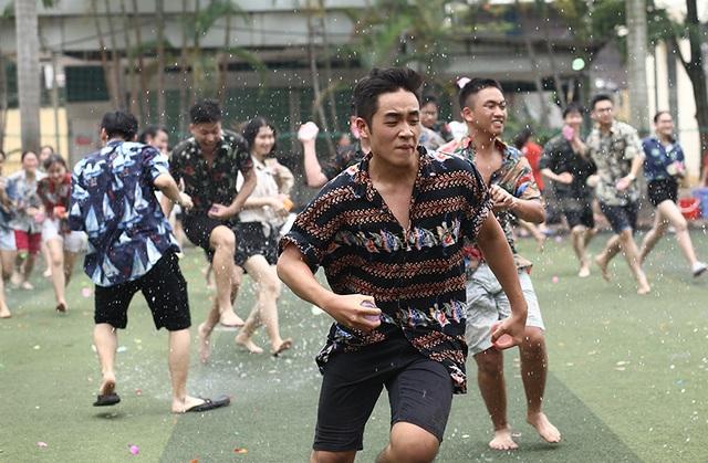 Cuộc chiến bóng nước dịp chia tay của teen cuối cấp THPT Yên Hòa - 9