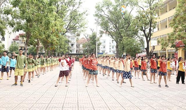 Cuộc chiến bóng nước dịp chia tay của teen cuối cấp THPT Yên Hòa - 2