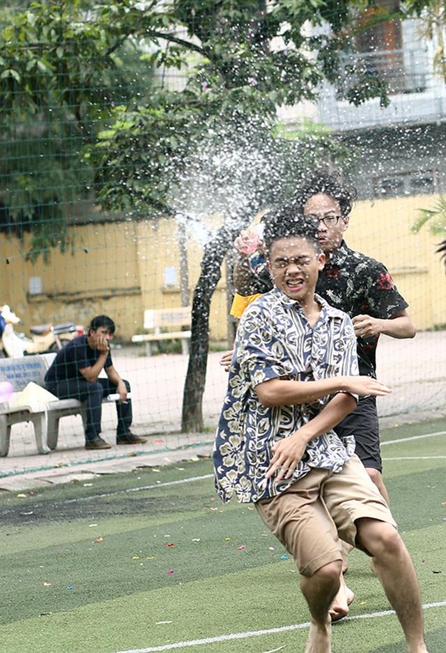 Cuộc chiến bóng nước dịp chia tay của teen cuối cấp THPT Yên Hòa - 3