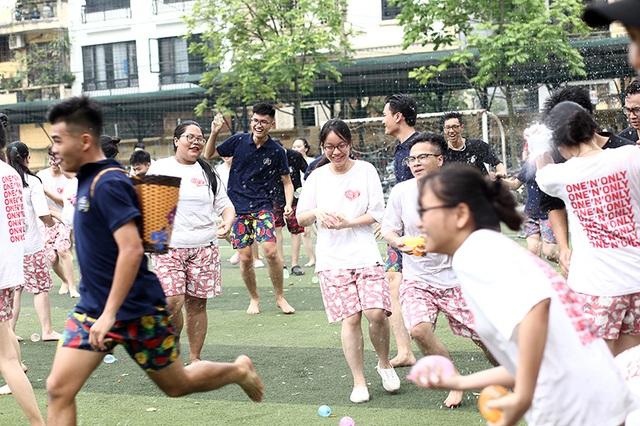 Cuộc chiến bóng nước dịp chia tay của teen cuối cấp THPT Yên Hòa - 4