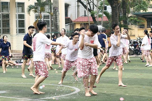 Cuộc chiến bóng nước dịp chia tay của teen cuối cấp THPT Yên Hòa - 5