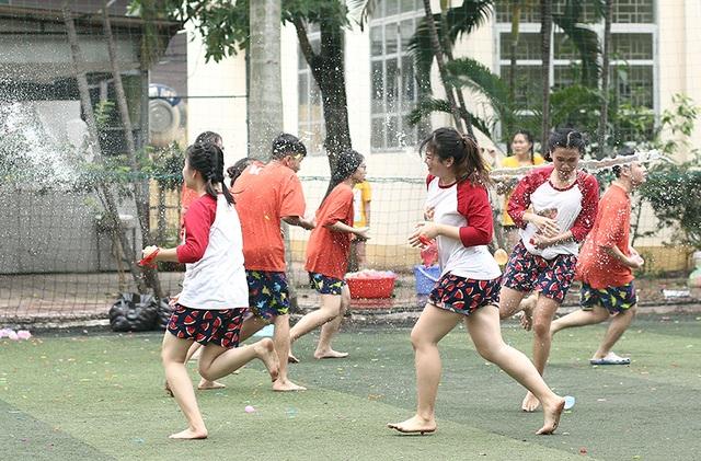 Cuộc chiến bóng nước dịp chia tay của teen cuối cấp THPT Yên Hòa - 6