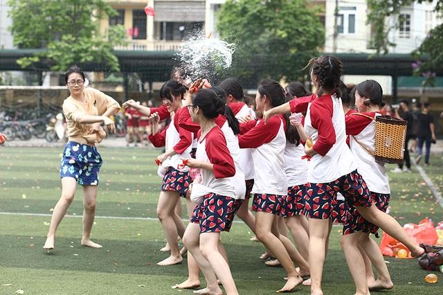 Cuộc chiến bóng nước dịp chia tay của teen cuối cấp THPT Yên Hòa - 7