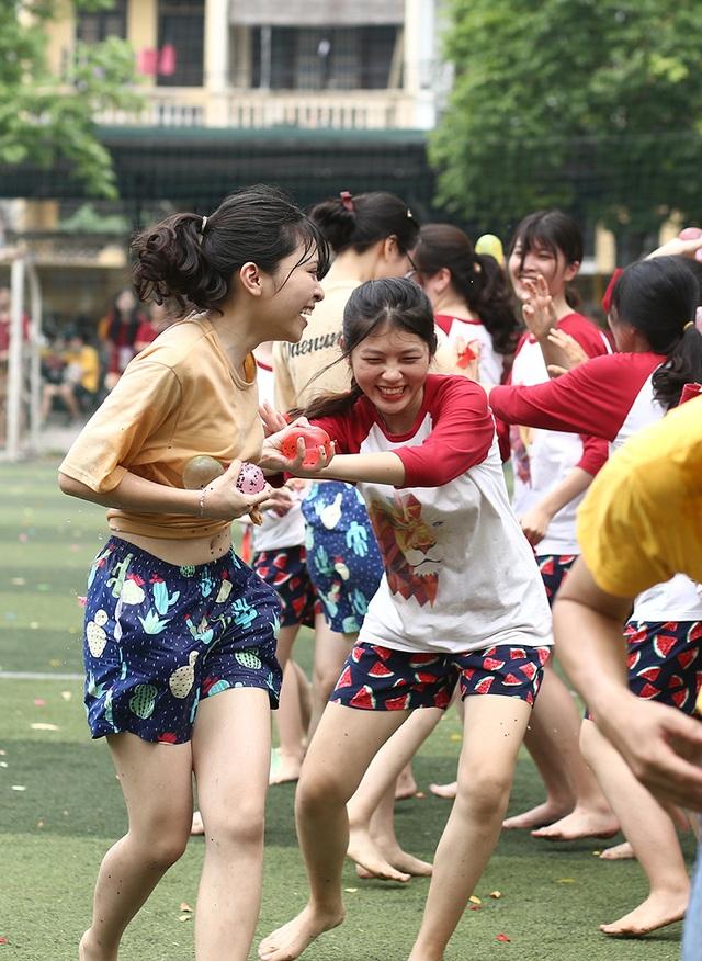 Cuộc chiến bóng nước dịp chia tay của teen cuối cấp THPT Yên Hòa - 8