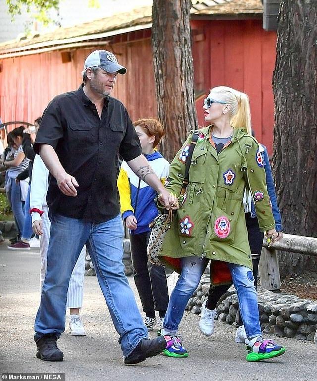 Gwen Stefani trẻ trung đi chơi cùng bạn trai kém 7 tuổi - 1