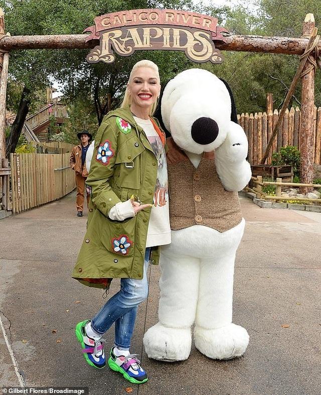 Gwen Stefani trẻ trung đi chơi cùng bạn trai kém 7 tuổi - 2