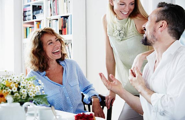 Phụ nữ khôn ngoan không đưa mẹ chồng và mình lên bàn cân - 1