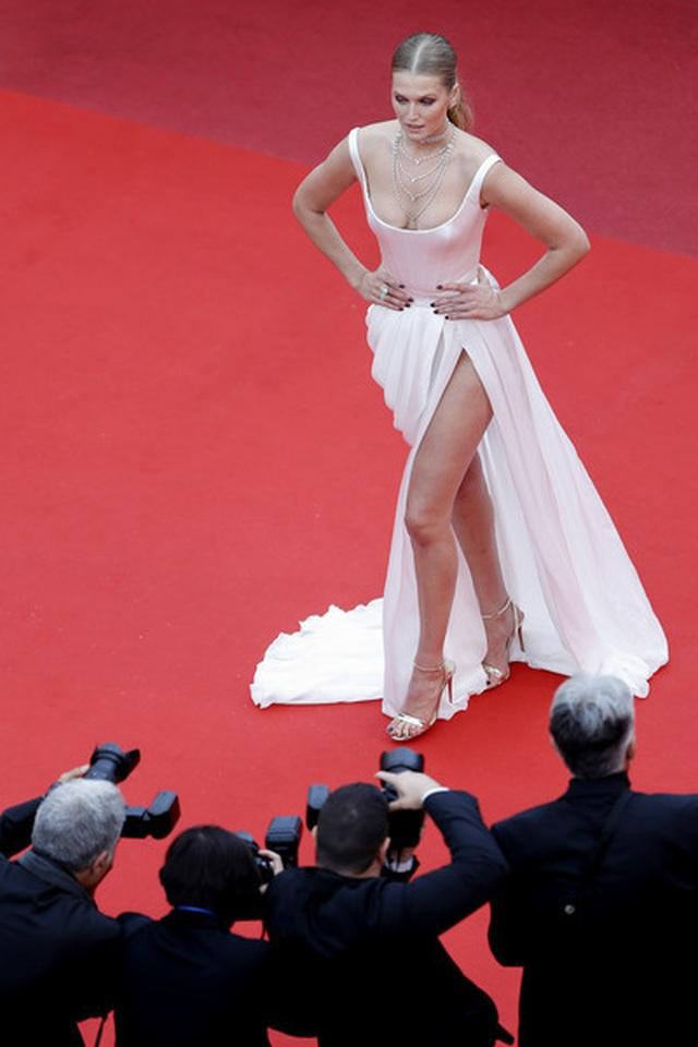 Tình cũ của Leonardo DiCaprio khoe chân dài quyến rũ - 7