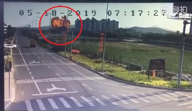 Khoảnh khắc máy bay quân sự Trung Quốc cắm đầu xuống đất nổ tung - 1