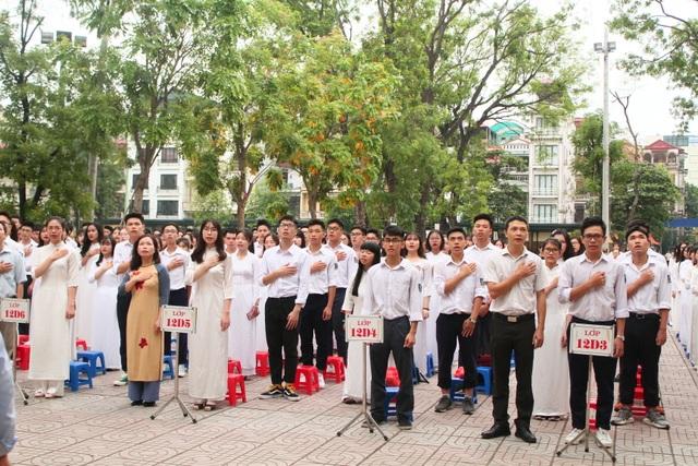 Những khoảnh khắc khó quên trong lễ chào cờ cuối cùng của học sinh khối 12 Yên Hoà - 2
