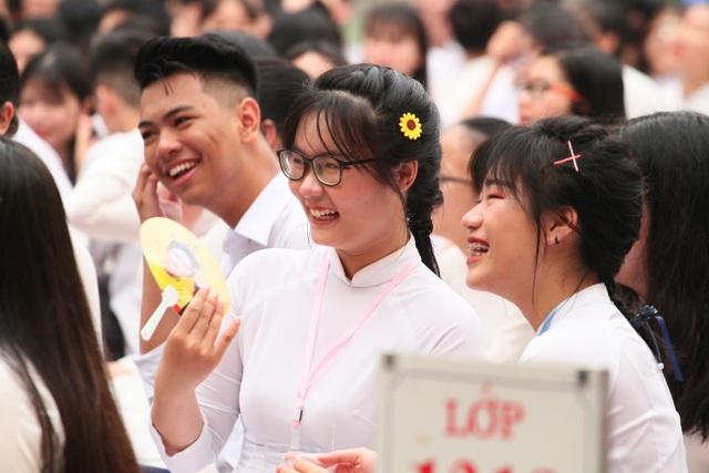 Những khoảnh khắc khó quên trong lễ chào cờ cuối cùng của học sinh khối 12 Yên Hoà - 5