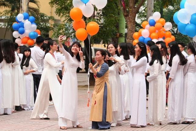 Những khoảnh khắc khó quên trong lễ chào cờ cuối cùng của học sinh khối 12 Yên Hoà - 7