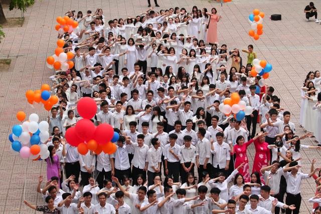 Những khoảnh khắc khó quên trong lễ chào cờ cuối cùng của học sinh khối 12 Yên Hoà - 11