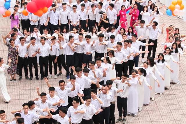 Những khoảnh khắc khó quên trong lễ chào cờ cuối cùng của học sinh khối 12 Yên Hoà - 10