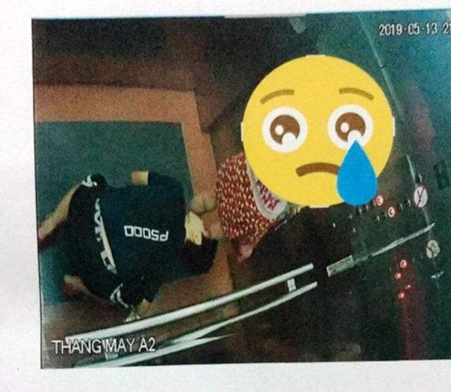 Truy tìm thanh niên quỳ mọp, nhòm ngược váy bé gái trong thang máy - 1