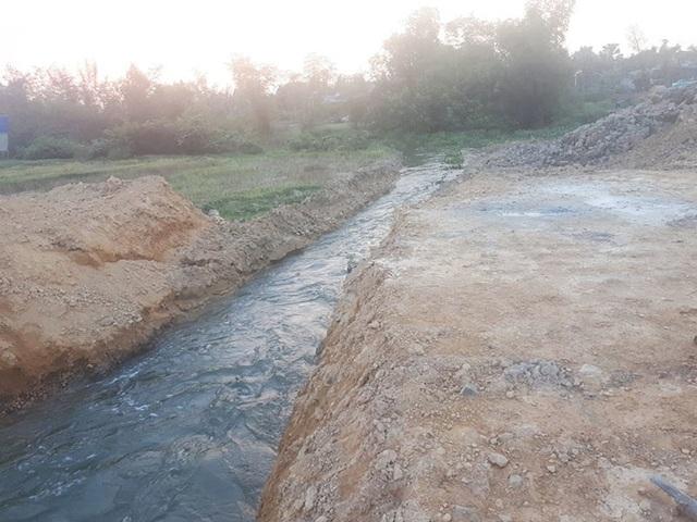 Vụ nhà thầu ngăn sông thi công cầu: Đã khơi thông dòng sông - 2