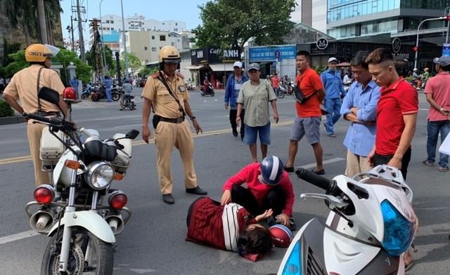 CSGT phối hợp cứu người phụ nữ gặp nạn giữa trung tâm Sài Gòn - 1