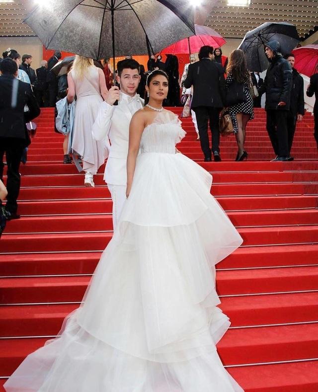 Priyanka Chopra - Nick Jonas: Cặp đôi nổi bật nhất LHP Cannes - 2