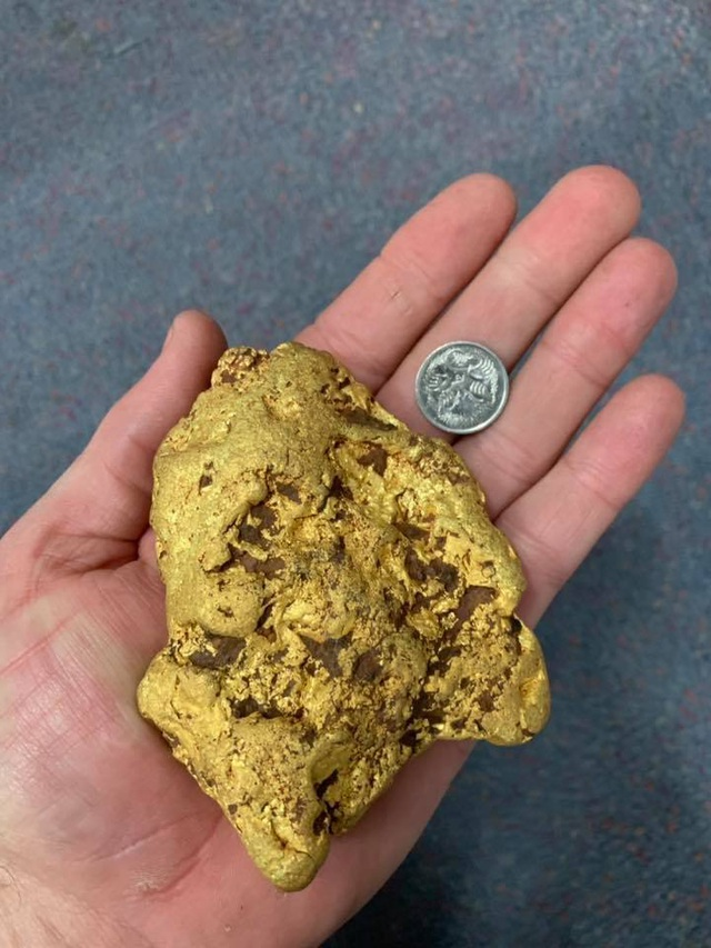 """Nhặt được cục vàng trị giá 1,6 tỷ đồng khi đang đi """"lang thang"""" - 1"""
