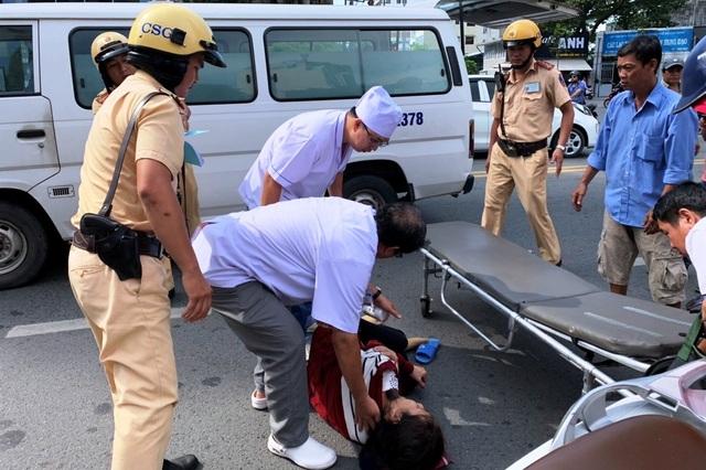 CSGT phối hợp cứu người phụ nữ gặp nạn giữa trung tâm Sài Gòn - 3