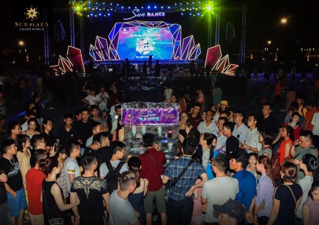 """Bích Phương và bikini show """"bỏ bùa"""" khán giả Hạ Long tại Sun Dance Festival - 3"""