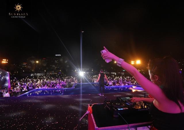 """Bích Phương và bikini show """"bỏ bùa"""" khán giả Hạ Long tại Sun Dance Festival - 9"""