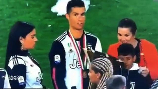C.Ronaldo sơ ý đập cúp vô địch vào mặt con trai cưng - 1