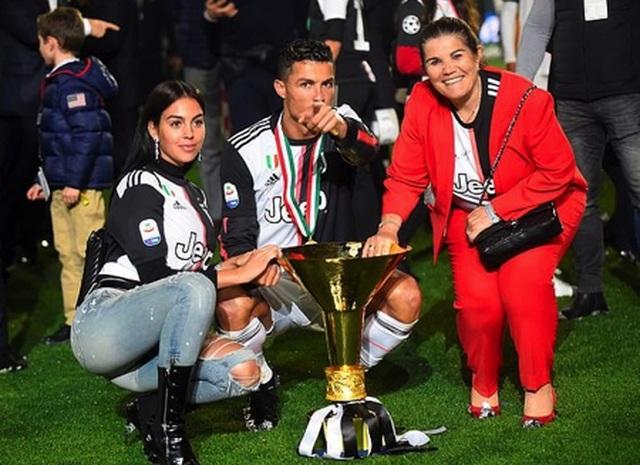 C.Ronaldo sơ ý đập cúp vô địch vào mặt con trai cưng - 3