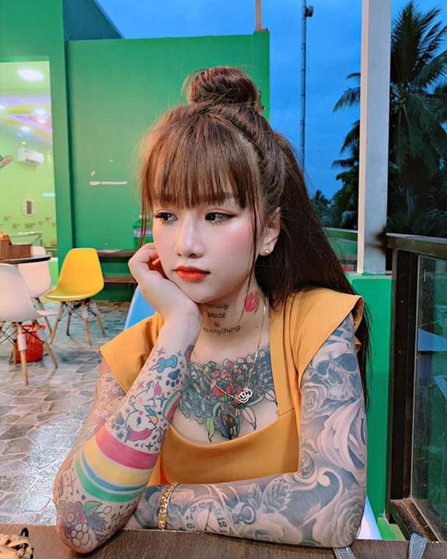 Cô gái miền Tây nhuốm kín ngực, tay bằng những hình xăm lạ - 2