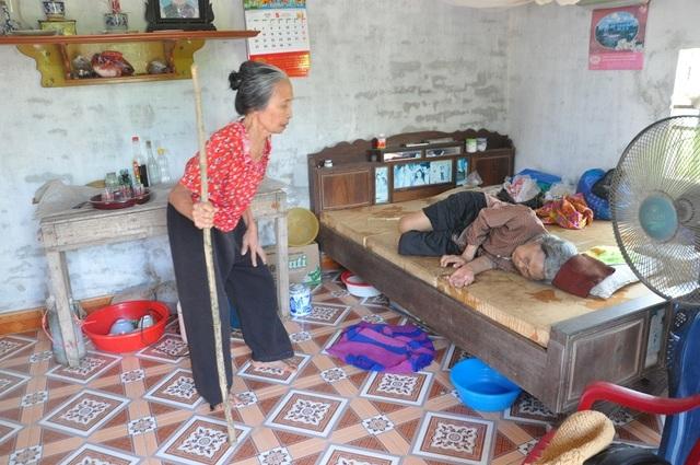 Nỗi cơ cực không thể tưởng tượng của hai cụ bà tuổi 80 bơ vơ, lay lắt bên nghĩa địa! - 4