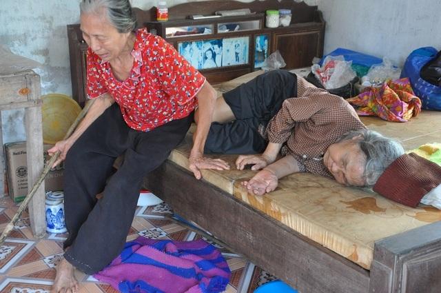 Nỗi cơ cực không thể tưởng tượng của hai cụ bà tuổi 80 bơ vơ, lay lắt bên nghĩa địa! - 11